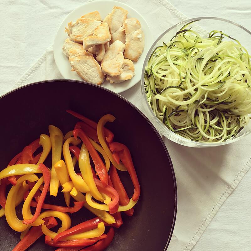 Nouilles de courgettes au poivron & poulet