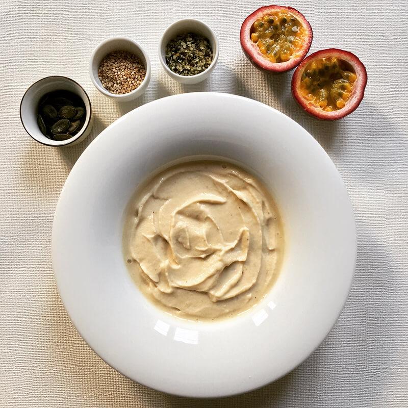 Crème de banane glacée avec graines & passion