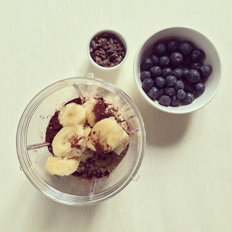 Bol de smoothie protéiné banane & chocolat aux myrtilles
