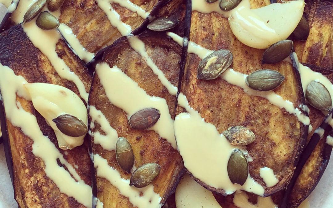 Aubergines grillées au tahini & graines de courge