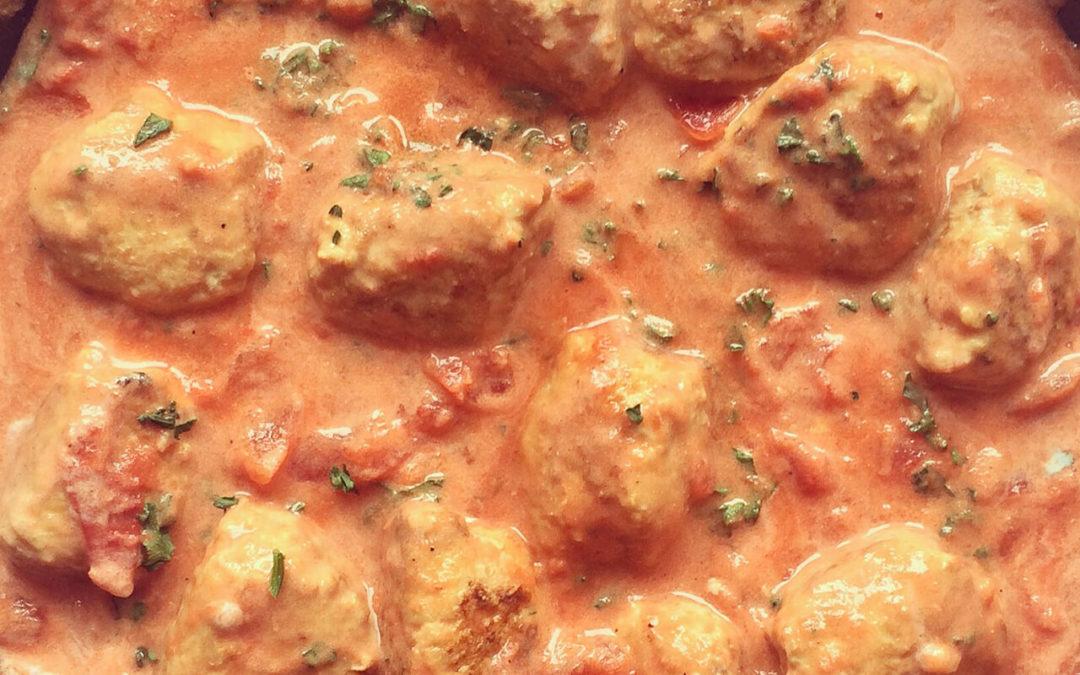 Boulettes de poulet sauce tomates & yaourt