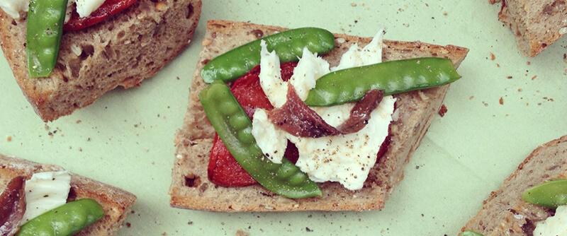 Bruschetta aux anchois, poivrons, pois gourmands & mozzarella