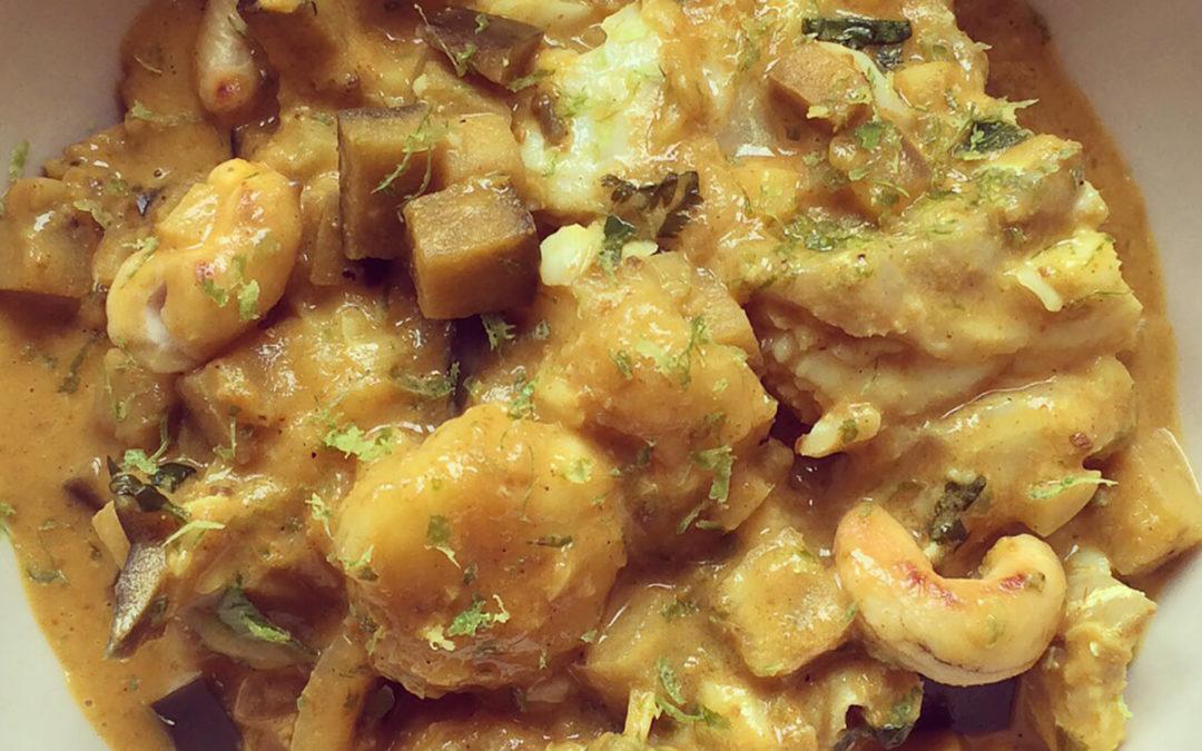 Curry de poisson aux bananes, aubergine & cajou