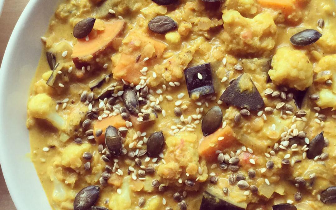 Dahl de lentilles au lait de coco, patate douce, chou-fleur & aubergine