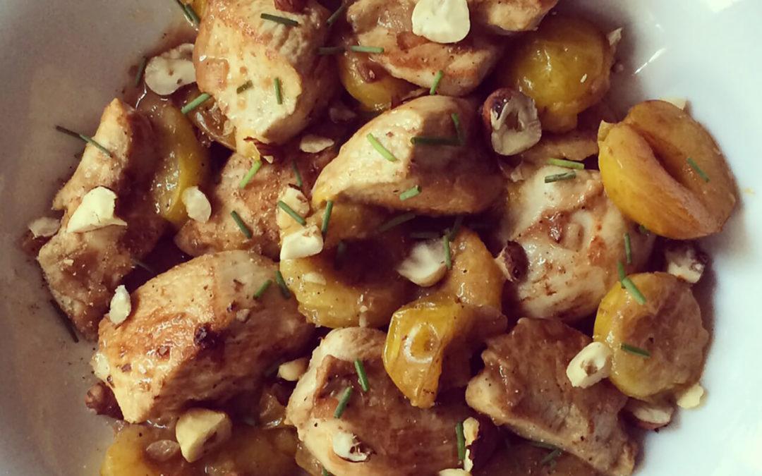 Emincé de poulet & prunes jaunes aux noisettes