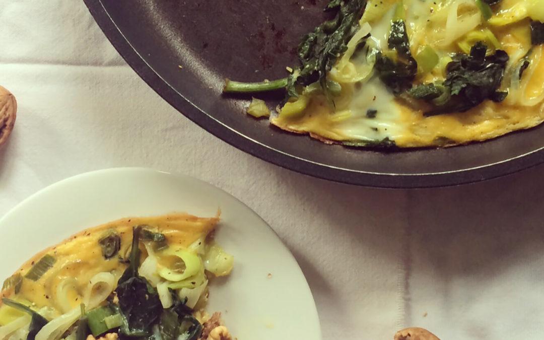 Omelette aux épinards, poireaux & oignons nouveau