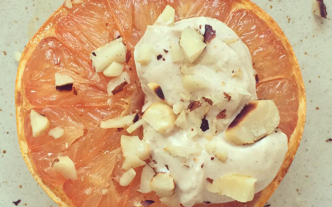 Pamplemousse caramélisé avec yaourt grec & noix du Brésil
