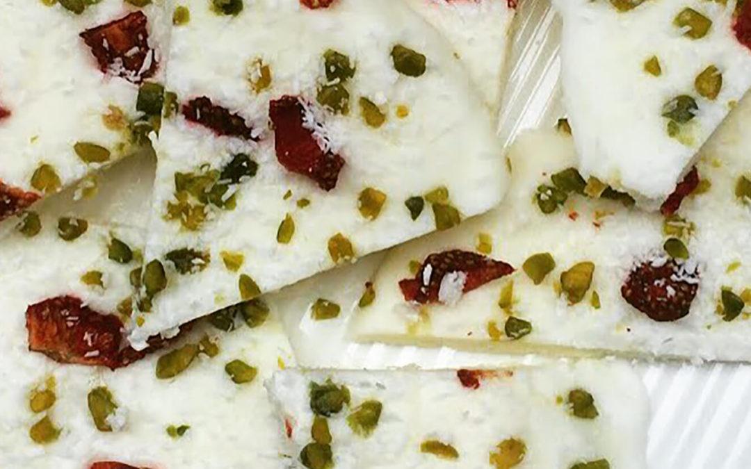 Plaque de yaourt glacé aux fraises, pistaches & coco