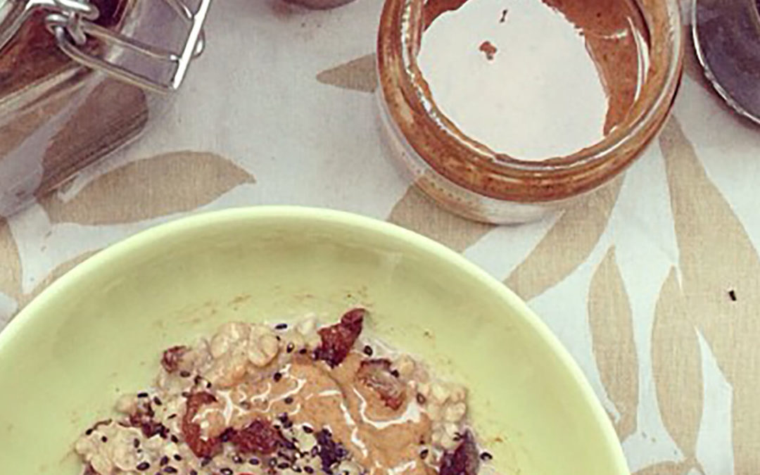 Porridge de sarrasin aux raisins secs & sésame