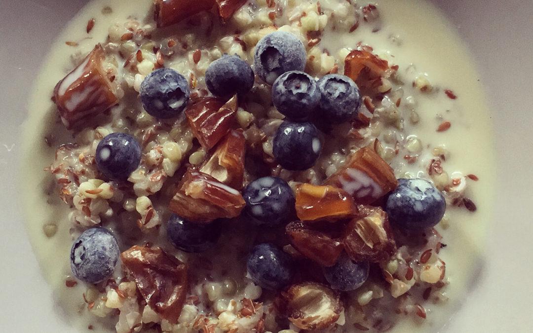 Porridge de sarrasin aux dattes & myrtilles