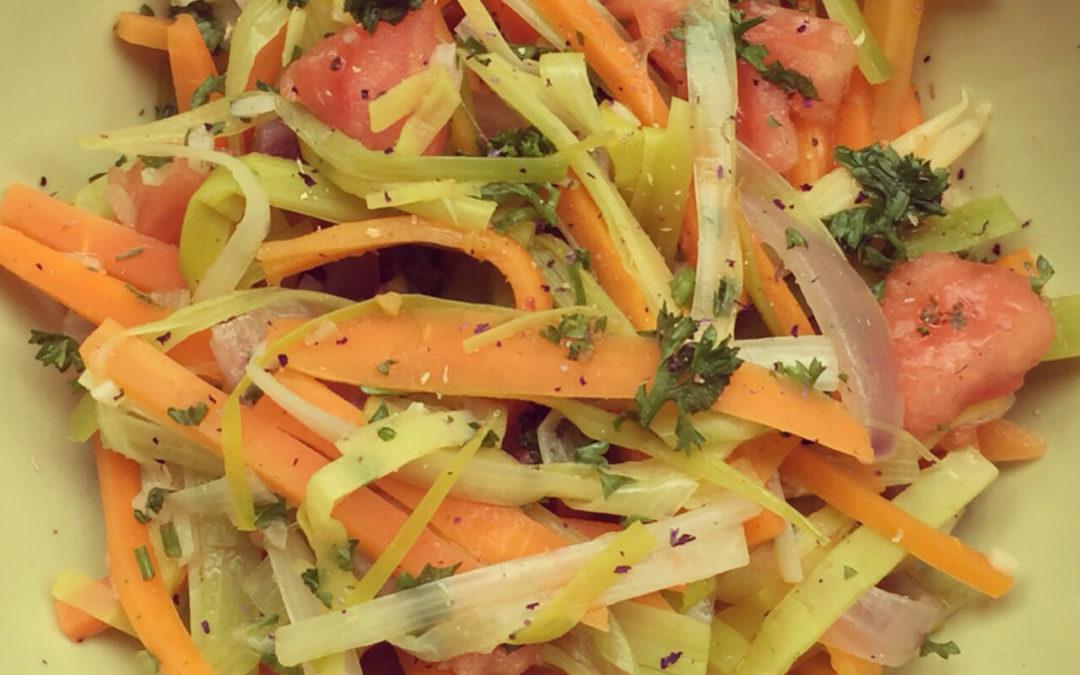 Salade tiède de poireaux, carottes & tomates