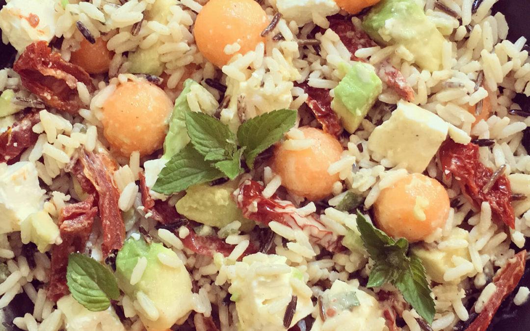 Salade de riz à l'avocat, melon, feta & tomates séchées