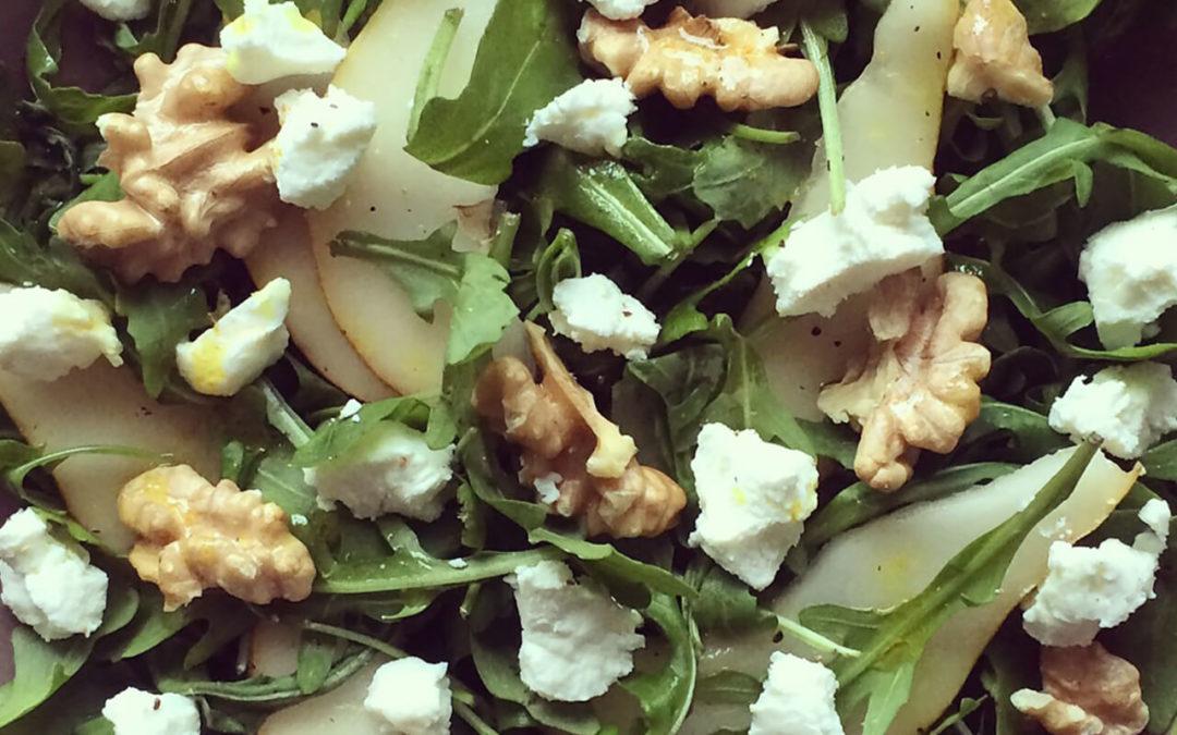 Salade de roquette aux poires, chèvre & noix