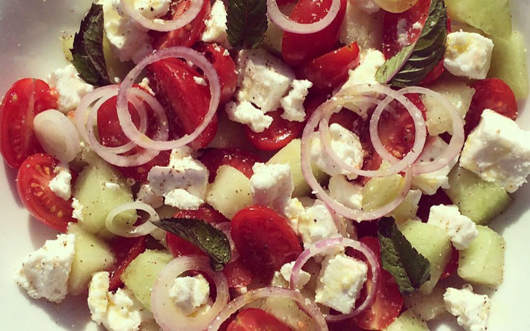 Salade de tomates cerise au melon, feta & oignon rouge