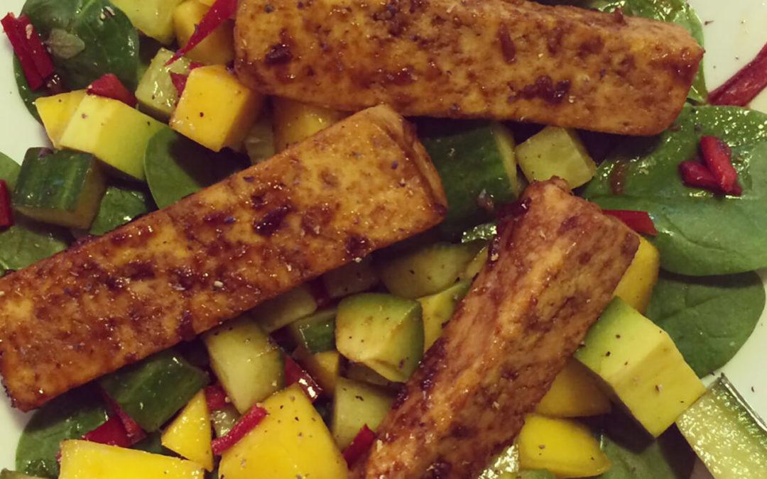 Salade d'épinards au tofu, avocat & mangue