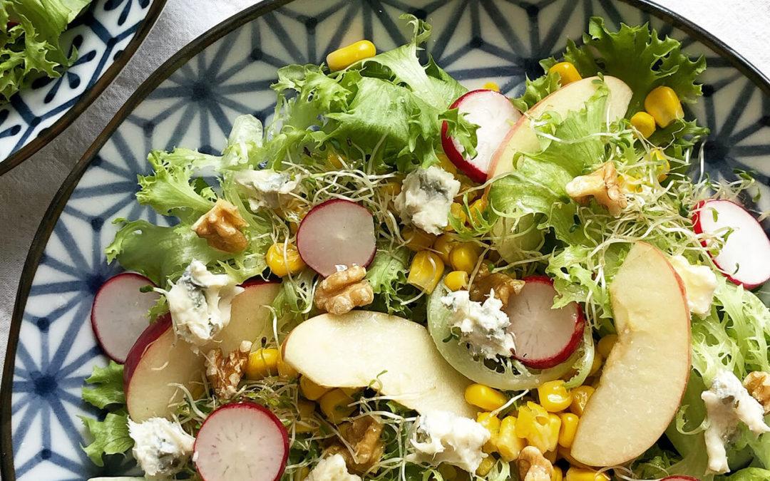 Salade verte aux pommes, maïs, radis, noix & gorgonzola