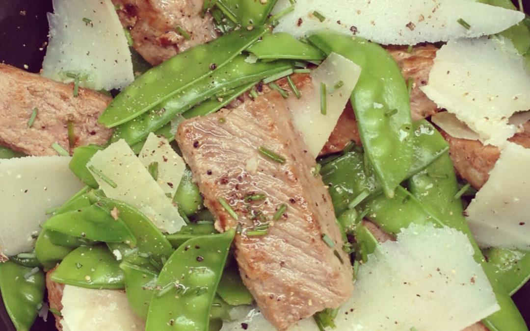 Salade tiède d'agneau & pois gourmands au parmesan