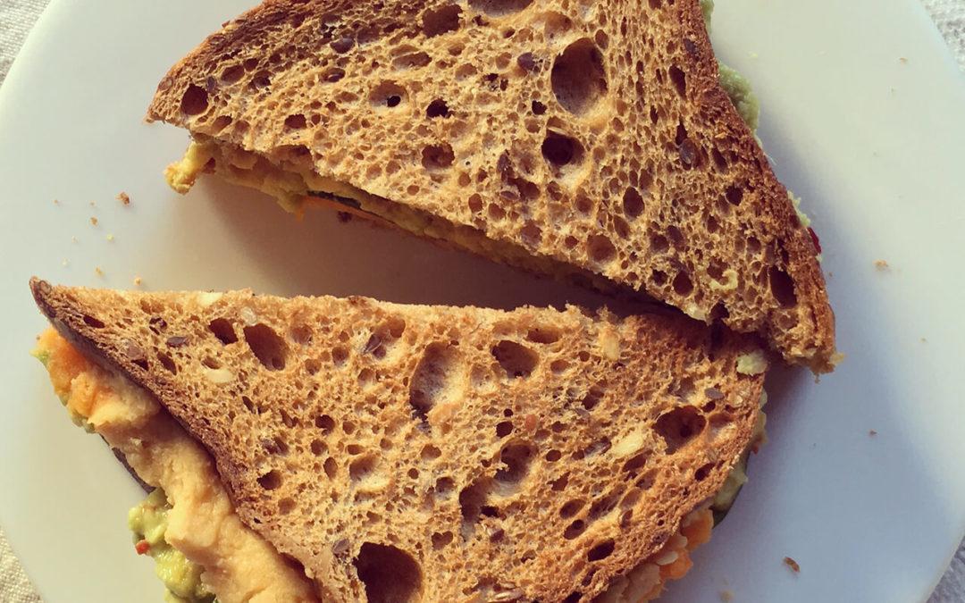 Sandwich patate douce, houmous & avocat