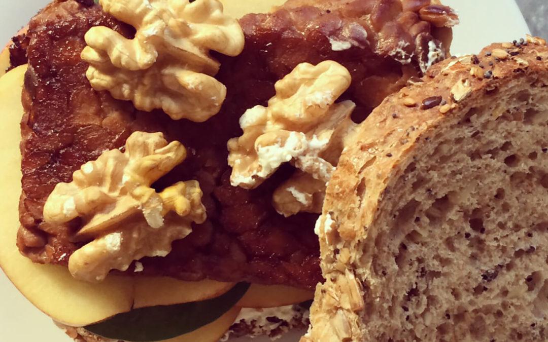 Sandwich tempeh & pomme aux noix