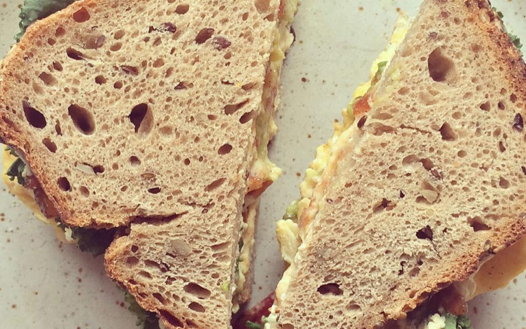 Sandwich aux oeufs brouillés, avocat, kale & confiture de tomates