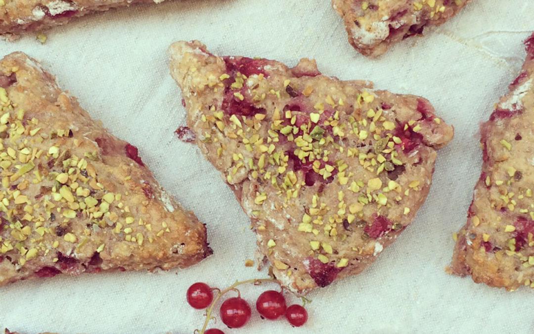 Scones groseilles & pistaches au beurre de cacahuètes