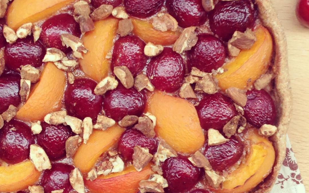 Tarte rustique cerises & abricots aux amandes