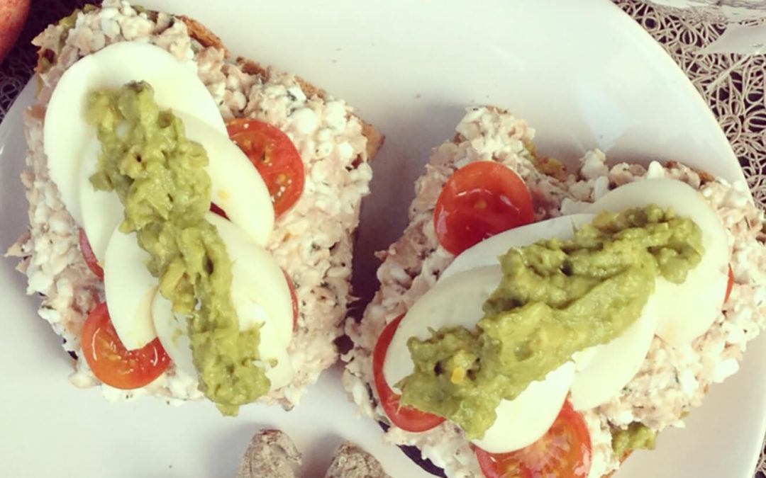 Tartines au thon, oeuf, cottage cheese & avocat