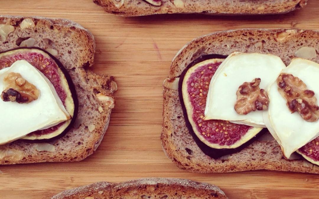 Tartines grillées aux noix, figues & fromage de chèvre