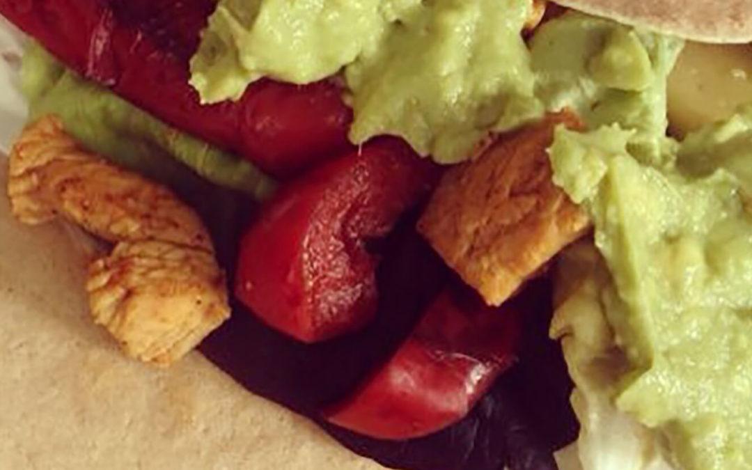 Wraps au poulet, courgettes, poivrons & avocat